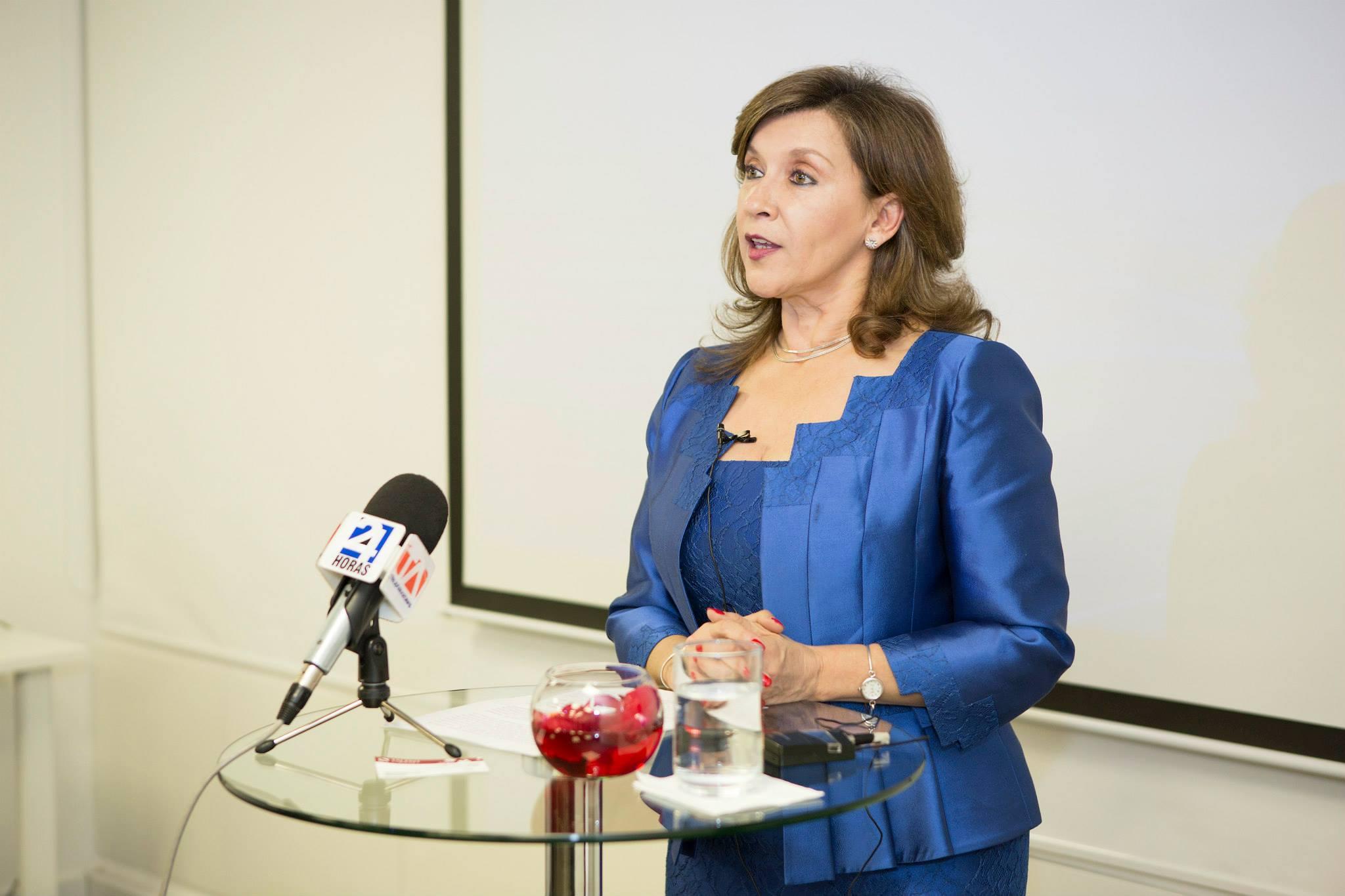 Patricia Guzmán, directora ejecutiva de Quito comentando los detalles sobre la nueva Sede