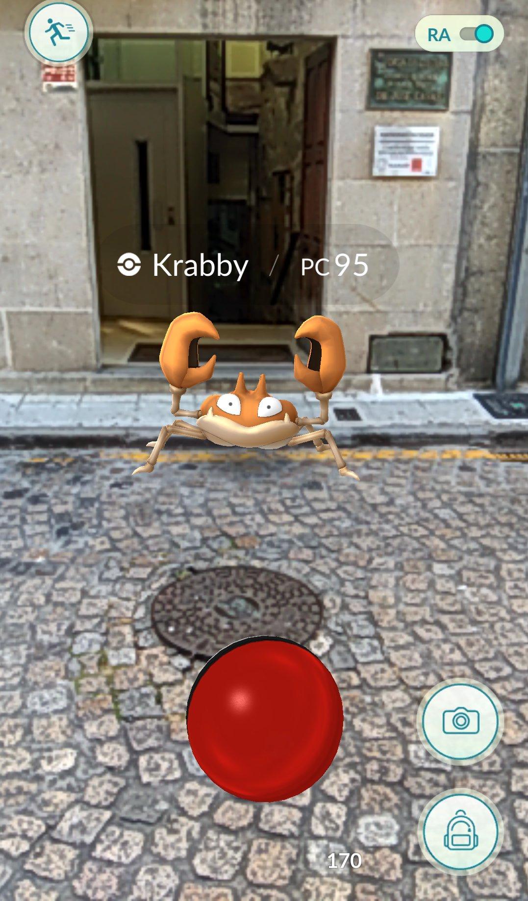 Entrenador Pokémon por capturar uno en una calle de Vigo, España
