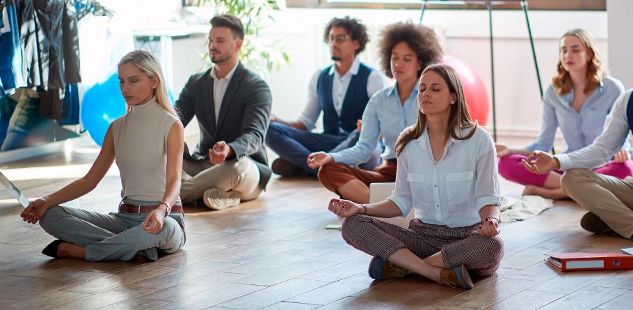 Mindful Leadership - Personas meditando en el trabajo