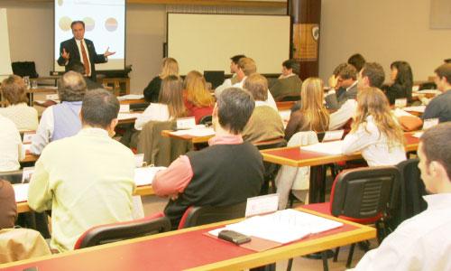 Dictado de un curso en un aula